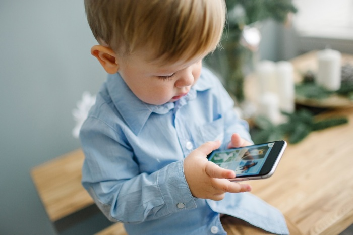 Пригодится режим полета и в случае, если ребенок играет телефоном / Фото: poisktehniki.ru