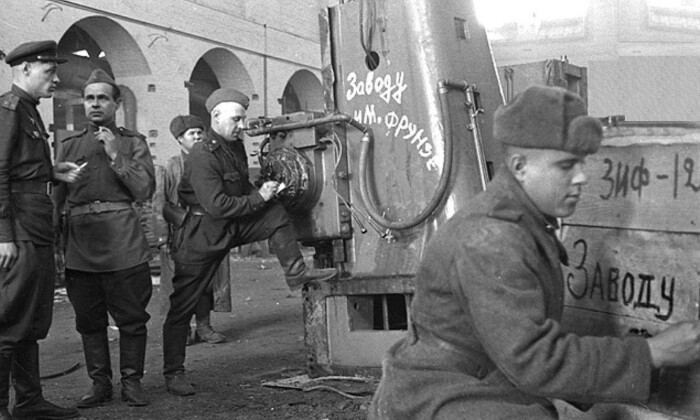 В СССР было принято решение долг забирать не деньгами, а так называемой натурой – специальным оборудованием, заводами, запасами товаров и продуктов / Фото: m.fishki.net