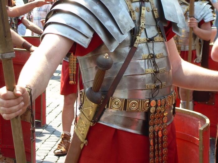 пластичную броню, так называемую лорику сегментату, как и кольчугу, была возможность не только подогнать под себя, но и починить практически сразу после боя в походе / Фото: wikiwand.com