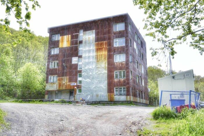 Из-за сильного ветра и высокой влажности жителям угловых квартир приходится утеплять стены с внешней стороны и обшивать их железом / Фото: 2gis.ru