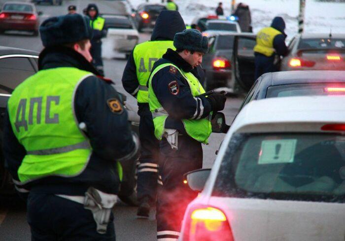 Передавать свои документы в виде СТС, ОСАГО, водительского удостоверения человек может лишь сотрудникам ГИБДД / Фото: avtosreda.ru