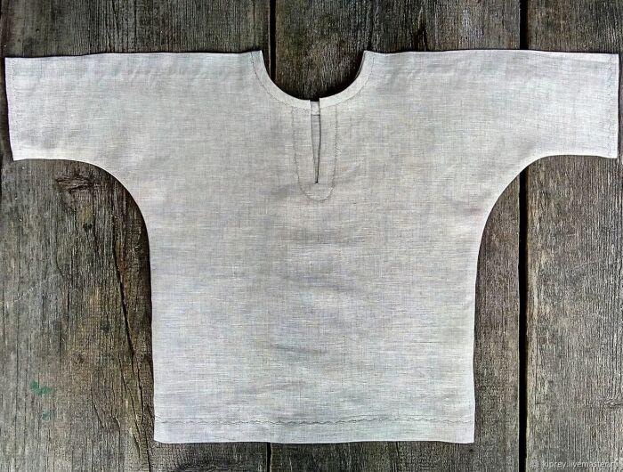 Рубаху шили из плотной ткани: лен, шелк, холщовка, ее надевали через голову / Фото: steel-mastery.com