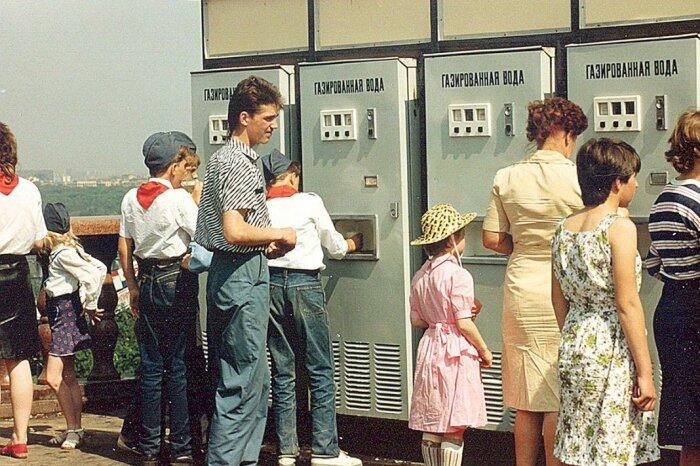 Стакан газировки из автомата, с сиропом (сладкая, вкусная вода, какой сейчас не найти) / Фото: Twitter