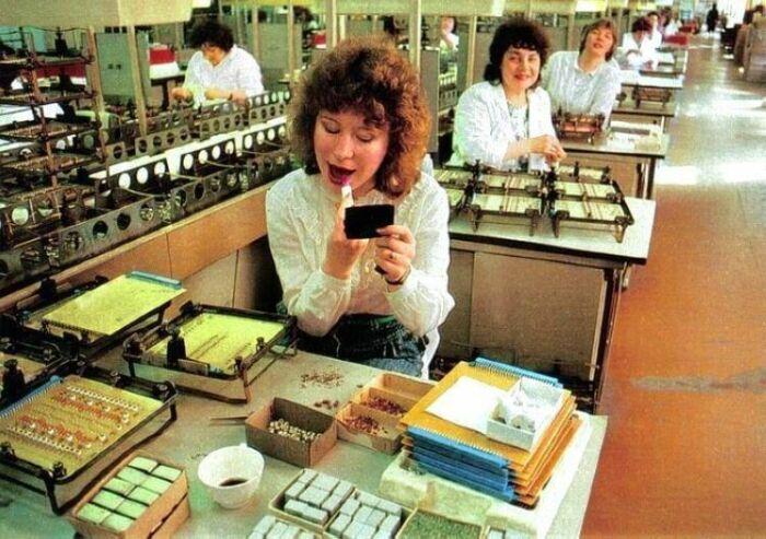 За 1 рубль в Советском Союзе можно было купить губную помаду / Фото: korzik.net