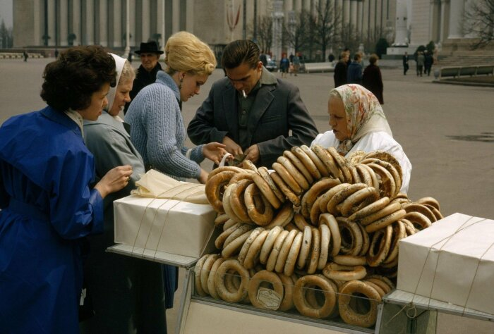 Бублик, большой, обязательно посыпанный маком, мог стать вашим всего за 5 копеек / Фото: bestlj.ru