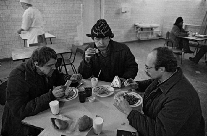 Обед на заводе, состоящий из трех блюд, обходился работнику в 50 копеек / Фото: nesekretno-net.ru
