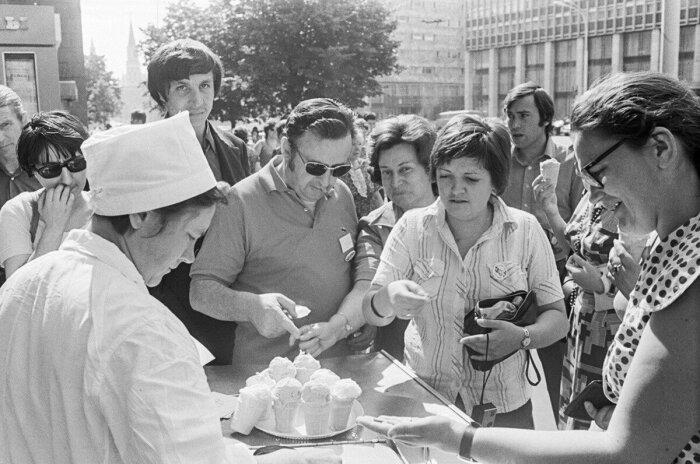 Мороженое под названием «Лакомка» советские граждане обожали, независимо от возраста / Фото: smolbattle.ru