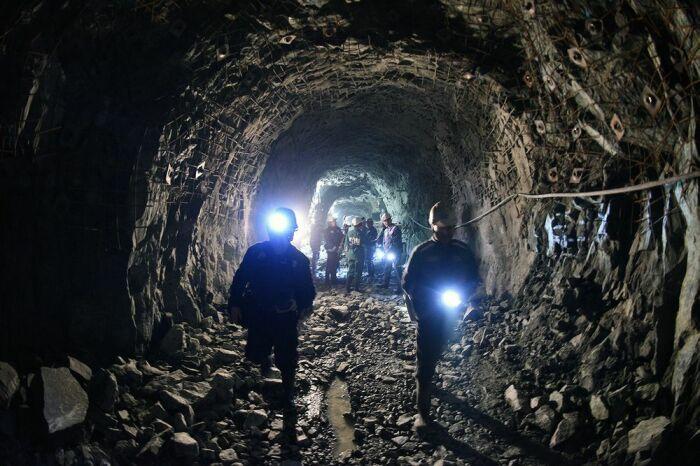 На глубину два километра ежедневно спускаются и поднимаются рабочие, чтобы добыть железную руду / Фото: norilsk.bezformata.com