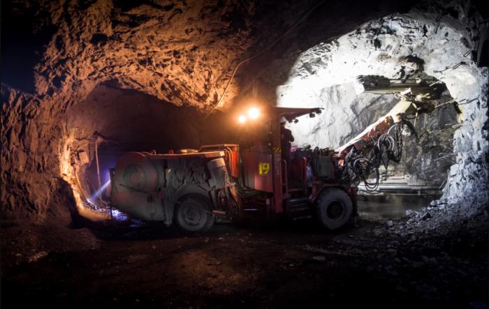 Процесс добычи железной руды значительно упростился с появлением буровых машин и другой спецтехники / Фото: feelek.livejournal.com