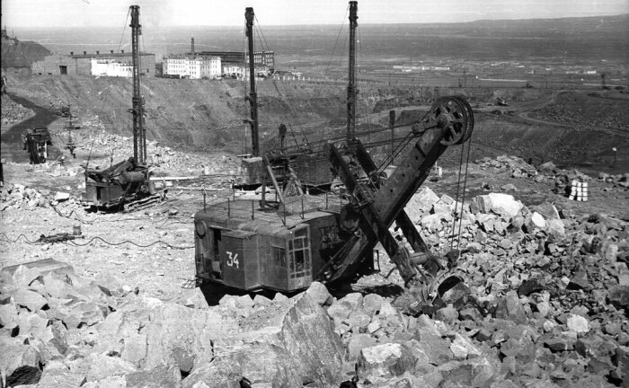 Сложно представить, как геологи, не имея современного оборудования, смогли провести разведывательные работы в условиях вечной мерзлоты / Фото: zavodfoto.livejournal.com