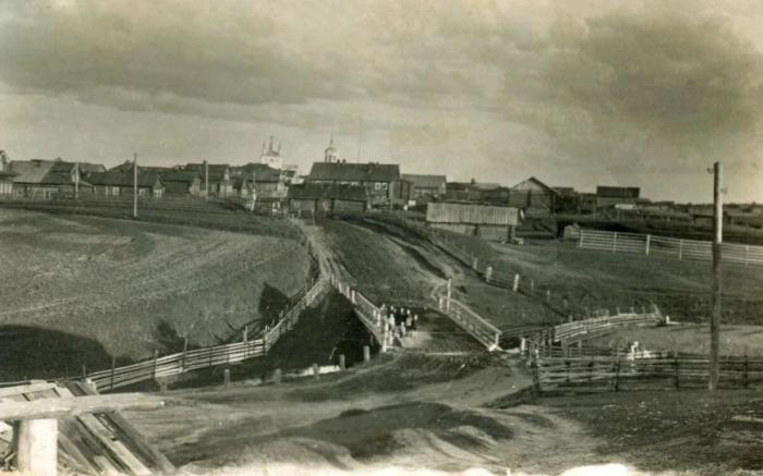 В российских деревнях в начале 1900 годов трудно было отыскать траву и деревья возле домов / Фото: yandex.ua
