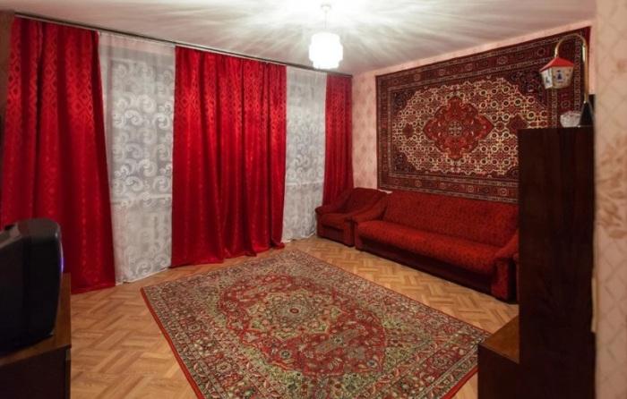 Ковры, размешенные на стенах, все еще можно встретить в российских квартирах / Фото: realty.kvartus.ru