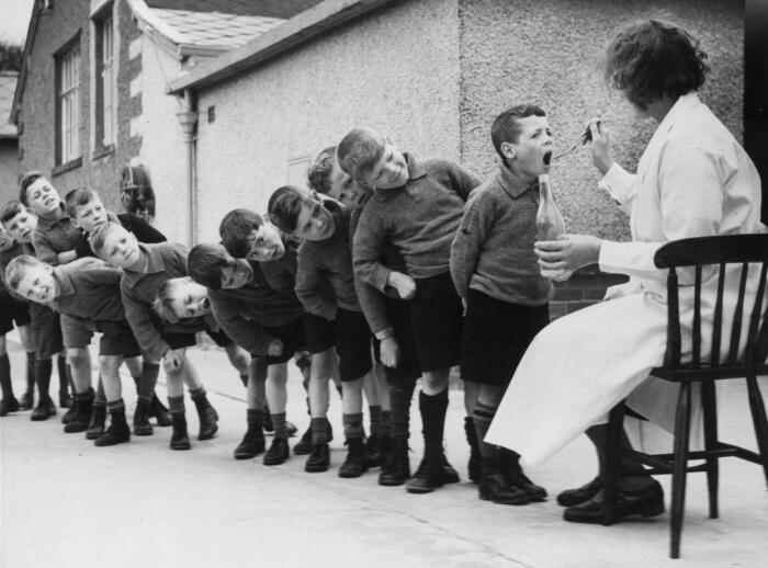 В СССР рыбий жир давали дома и в детских садах, добавка была обязательной в рационе всех детей / Фото: vsyachyna.com