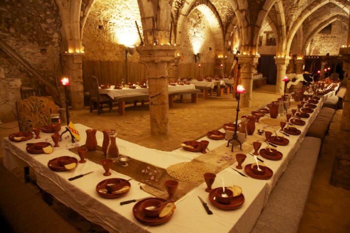 Тамплиеры должны были находиться за столом со своими братьями, но обязательно молча / Фото: hospital-int.net