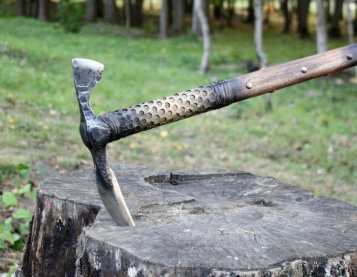 В отличие от меча, клевец мог нанести противнику точечный сильный удар и пробить доспехи / Фото: livemaster.ru