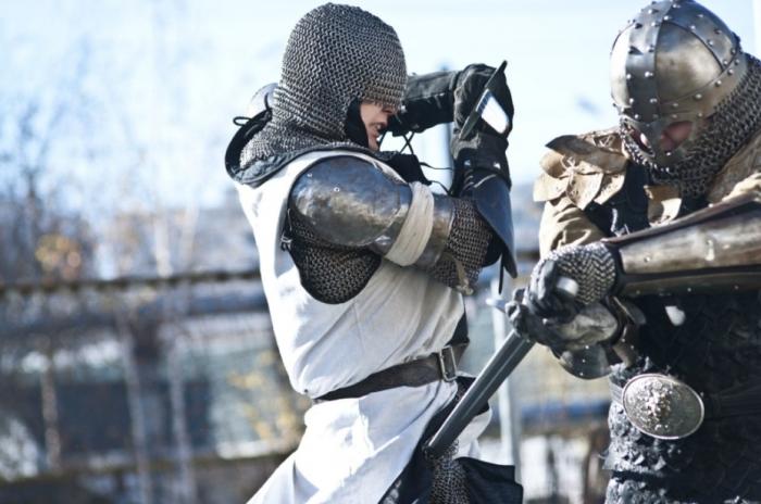 Угол атаки с мечом несложно поменять, а вот с булавой или топором такие финты сильно не проделаешь / Фото: astrakhan-24.ru
