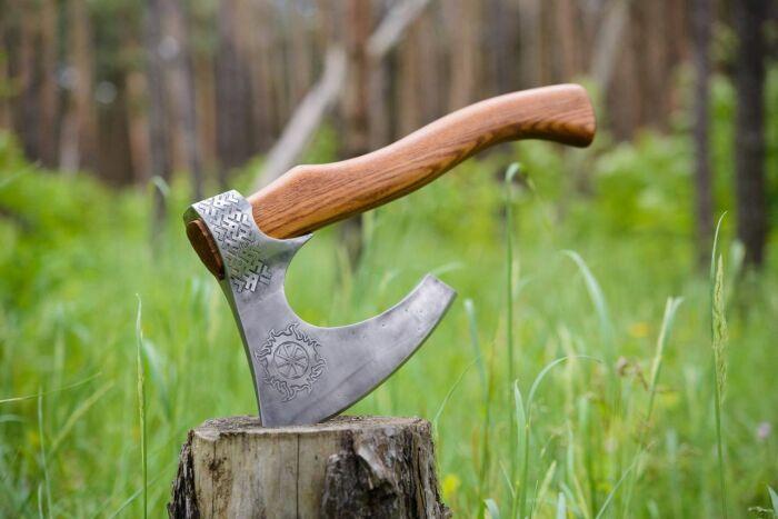 Обращение с мечом подразумевает владение специальной техникой, с топориком все гораздо проще / Фото: guns.allzip.org