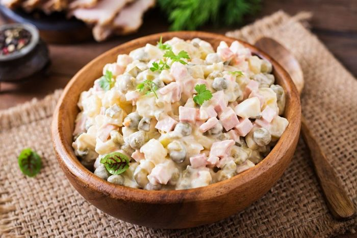 От оригинального рецепта в Оливье ничего не осталось / Фото: tver.bezformata.com