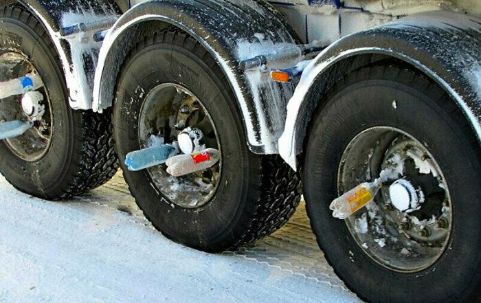 Одно из полезных изобретений водителей-дальнобойщиков - пластиковые бутылки в колесах / Фото: shnyagi.net