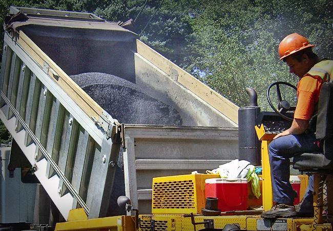 При выгрузке асфальта мешки помогают избежать тотального загрязнения задних фонарей / Фото: regdorstroy.kiev.ua
