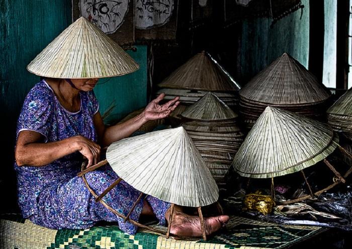 Жители Вьетнама научились делать Non La из подручных материалов / Фото: hanoilocaltour.com