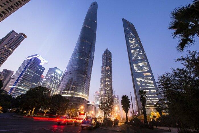 Для такой высокой башни обычного демпфера оказалось недостаточно / Фото: wikiway.com