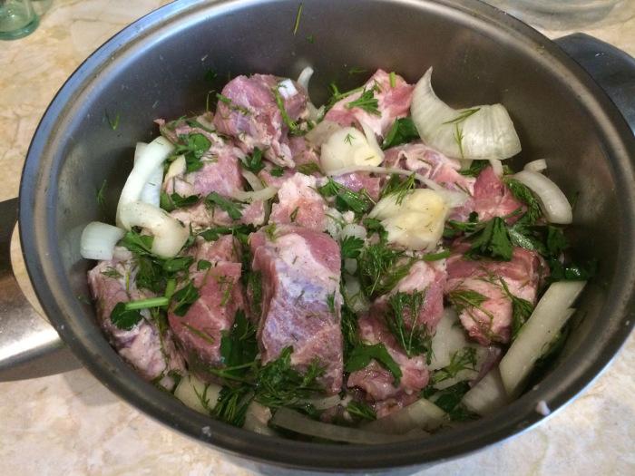 Современный рецепт предполагает добавление в мясо для шашлыка лука и специй / Фото: drive2.ru