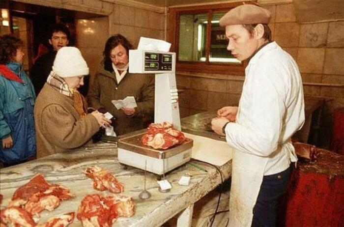 Купить хорошее мясо в СССР можно было только у мясников на рынке по завышенной цене / Фото: glavcom.ua