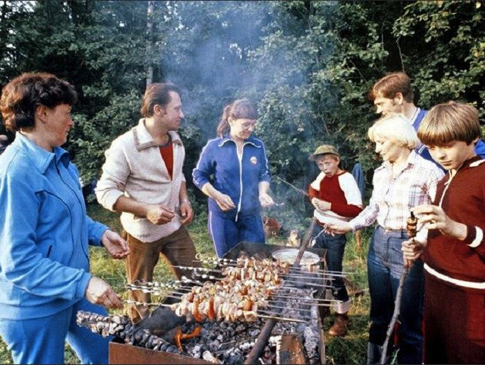 Многие и сегодня маринуют шашлык по советскому рецепту / Фото: davaipogovorim.mirtesen.ru