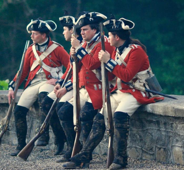 Широкие поля шляпы могли загореться от контакта с мушкетом, поэтому солдаты их подворачивали / Фото: wallpaperflare.com