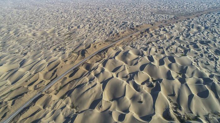 Несмотря на тяжелые условия, китайцы все-таки провели трассу через всю пустыню / Фото: straitstimes.com