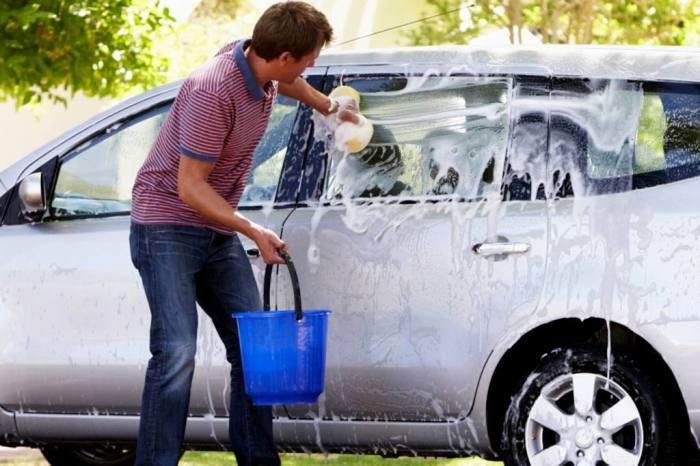 Многие продолжают мыть автомобили во дворе или у водоема / Фото: allcarz.ru