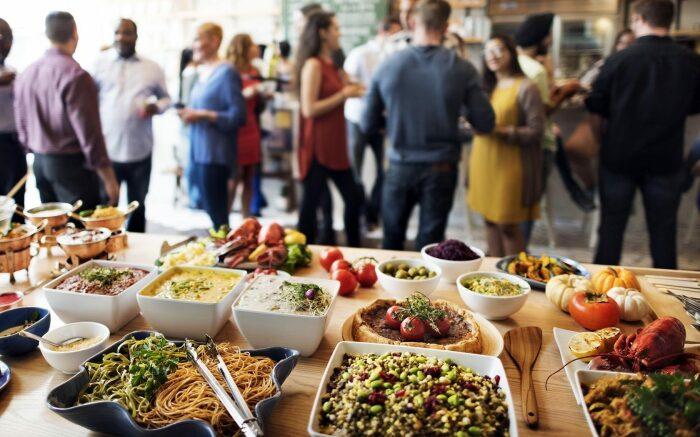 В действительности организовывать богатый всевозможными яствами стол, когда приходят гости в дом – традиция скандинавская / Фото: infobpro.ru