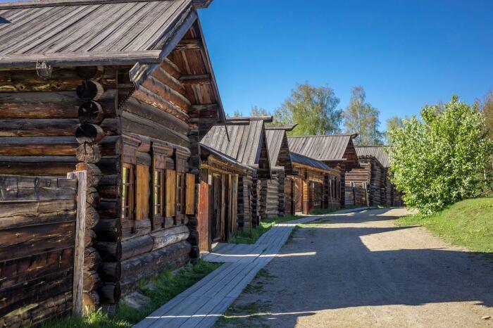 Зажиточными домами и даже усадьбами обзаводились крестьяне, которые трудились от зари до зари / Фото: berkuttour.ru