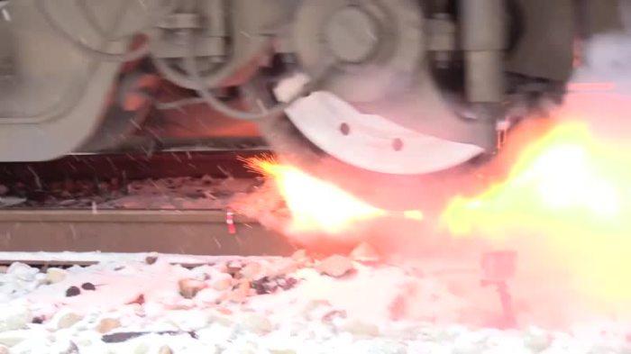 Взрыв сигнальной петарды имеет большую силу, машинист не может его не услышать / Фото: vk.com