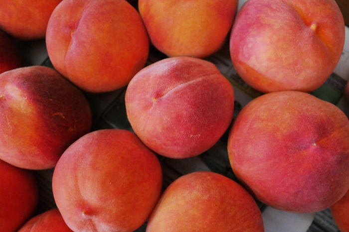 Непонятно, насколько такое «половое различие» подтверждает наука, но персики с бугорком гораздо слаще тех, что с ямкой / Фото: wallhere.com