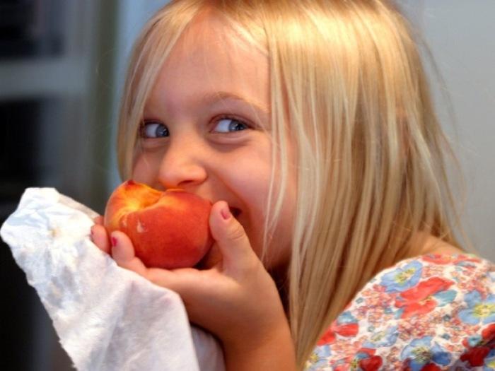 Чтобы покупать только сладкие персики, достаточно научиться правильно определять их «пол» / Фото: its-kids.ru
