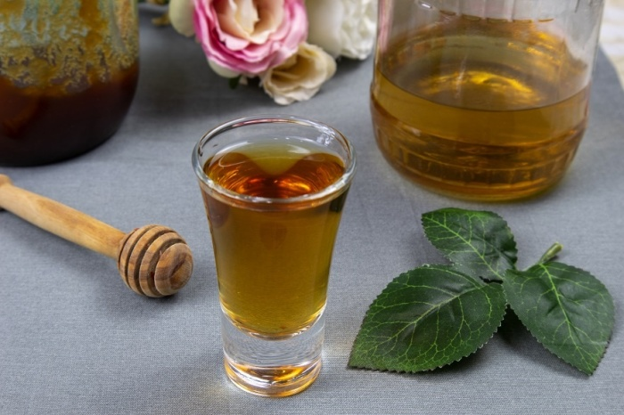Вкус разведенной водки можно дополнить медом или другими натуральными ингредиентами / Фото: alcofan.com