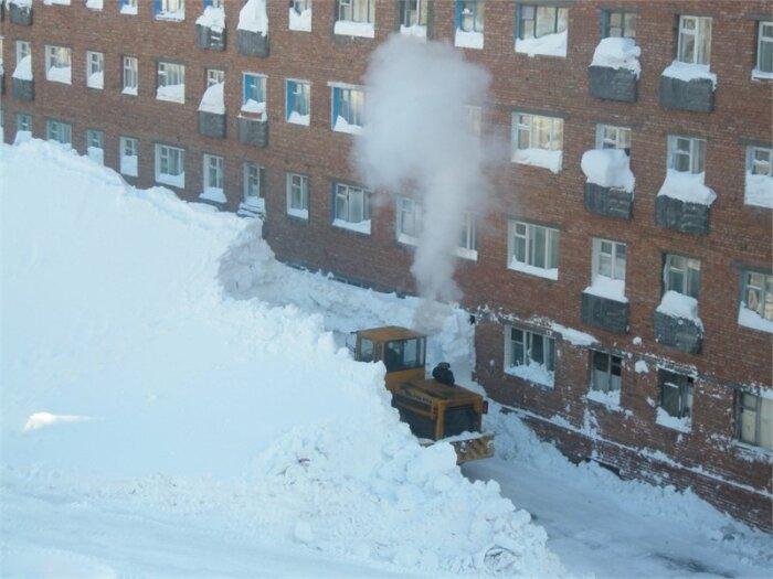 В Норильске снег изначально чистится возле стен многоэтажек, а уже потом в других традиционных местах / Фото: Instagram›RocizMort