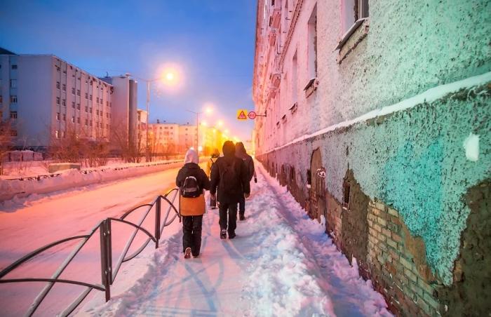 В Норильске дома строят на сваях и прикрывают их фальшстенами с вентиляционными окошками / Фото: yandex.ru