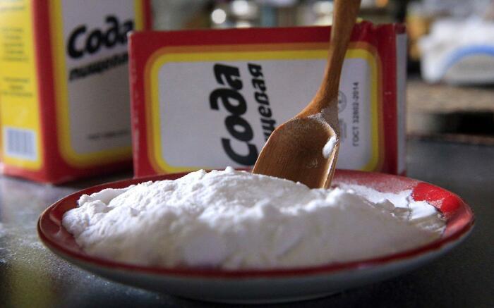 Несмотря на дешевизну, сода остается одним из самых эффективных средств в решении многих бытовых вопросов / Фото: 1000iodinsovet.ru