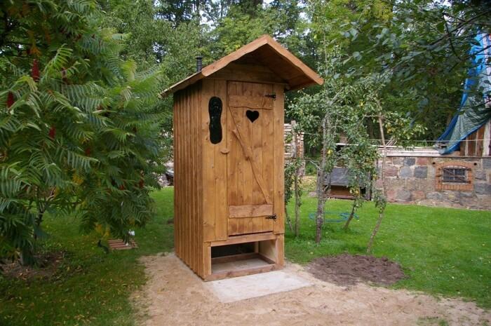 Неприятные запахи из туалета на улице или сливной ямы устранить содой очень легко / Фото: mir-besedok.ru