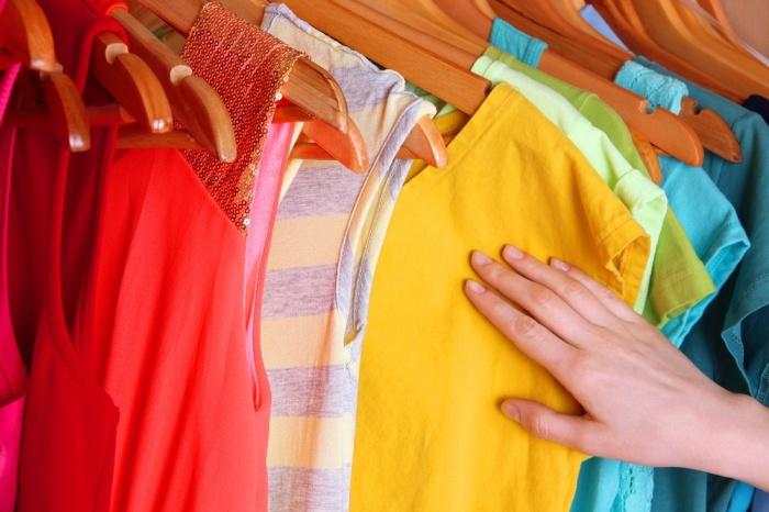 Эффективное средство для сохранения насыщенного цвета одежды - обычная соль / Фото: evrookna-mos.ru
