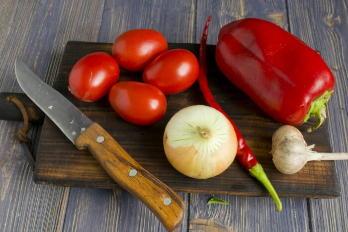 Для приготовления соуса необходимо взять томаты, перец, лук, зелень, растительное масло / Фото: botanichka.ru