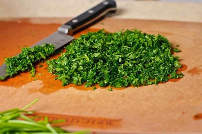 Сначала нарезается кинза или другая зелень в произвольном порядке / Фото: arbuz.com