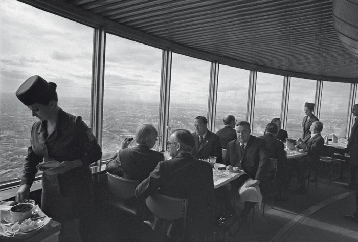 В советский ресторан «Седьмое небо», расположенный на Останкинской башне, можно было попасть только по билетам и на ограниченное время / Фото: krugozorro.ru
