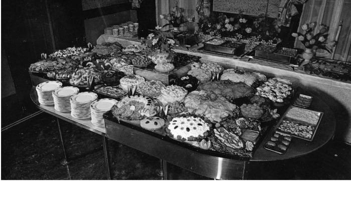 Меню здесь не было изысканным: котлеты в панировке, бутерброды, салаты, заправленные майонезом / Фото: flashbak.com