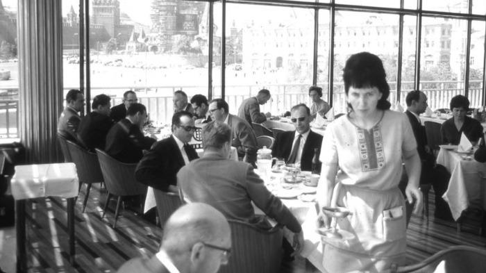 В «Интуристе» (гостиница) в ресторан могли прийти только иностранные граждане или те, у кого было специальное приглашение / Фото: smartik.ru
