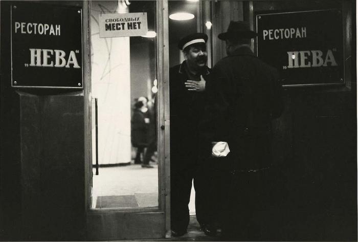 На входных дверях ресторанов элит класса неизменно красовалась табличка с надписью, гласящей, что мест нет / Фото: yaplakal.com
