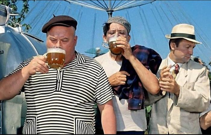 Мужчины из СССР не смаковали спиртные напитки, а пили залпом / Фото: twitter.com